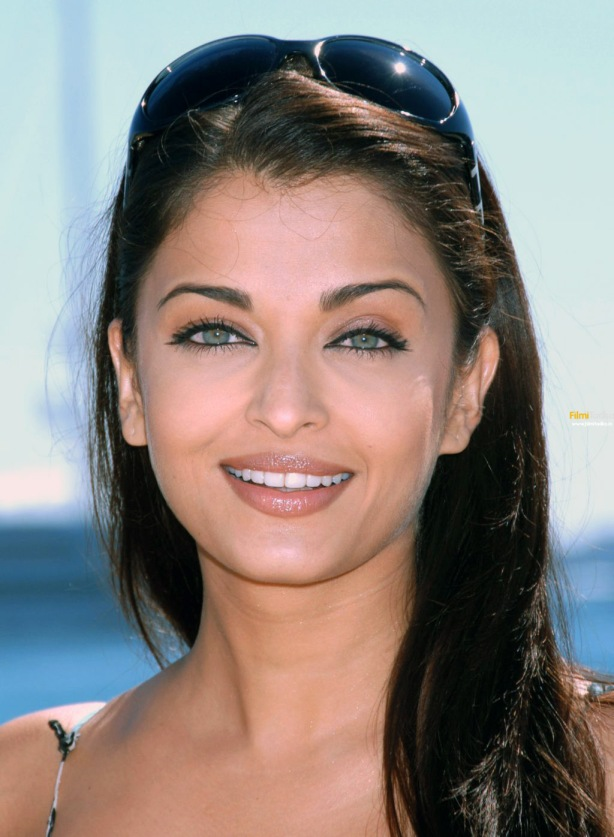 I couldn't find a make-up free snap of Aishwarya Rai. Sigh!