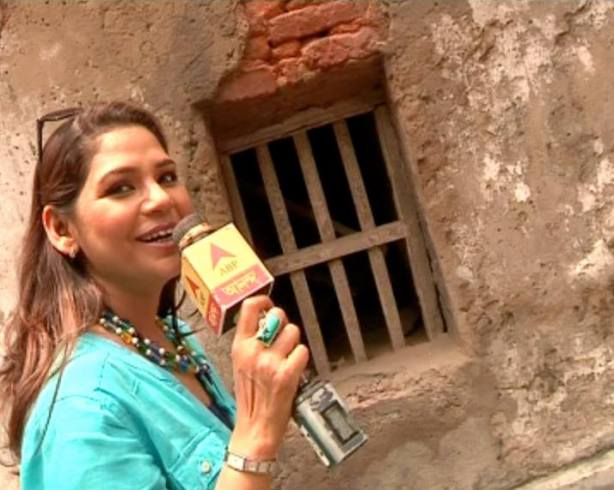 Actress Sudipta Chakraborty turned reporter to interview voters before the Loksabha elections