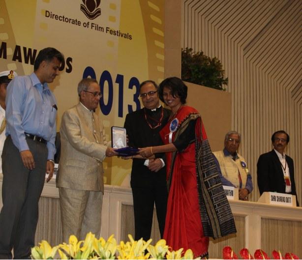 Alaka Sahani receiving the National Award from the president of India