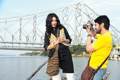 Sudipa (Rituparna Sengupta) and Ujaan (Prosenjit) in a scene from Praktan.